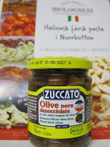 Svarta små oliver utan kärna